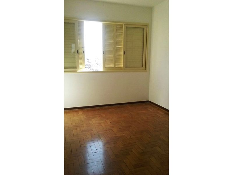 Ipiranga, Apartamento Padrão-Dormitório com piso de madeira e armários.