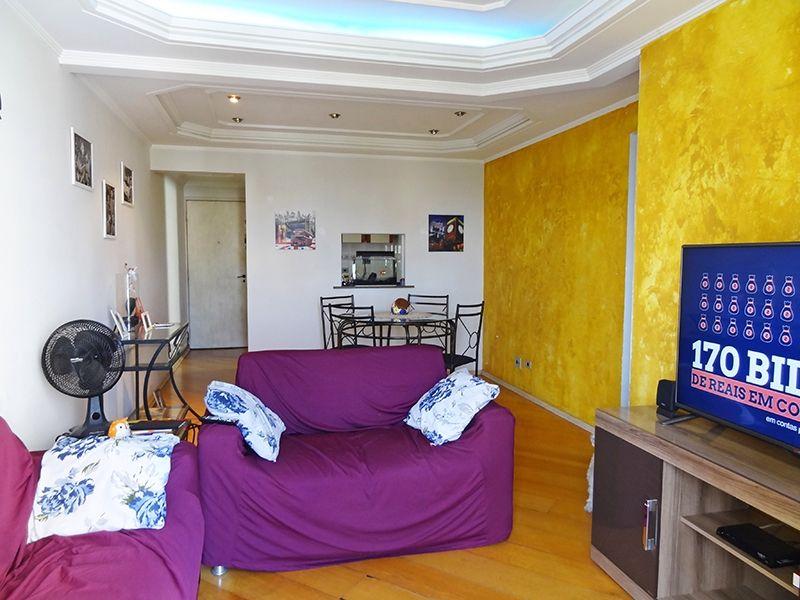 Sacomã, Apartamento Padrão-Sala em L com dois ambientes, piso de madeira, teto com sanca de gesso, iluminação embutida e cortineiro.