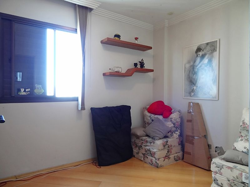 Sacomã, Apartamento Padrão-Terceiro dormitório com piso de madeira, teto com moldura de gesso e cortineiro.