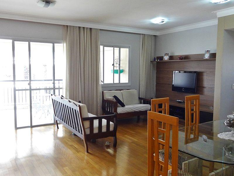 Ipiranga, Apartamento Padrão - Sala ampliada com dois ambientes, piso de madeira, teto com sanca de gesso, cortineiro e acesso à varanda.