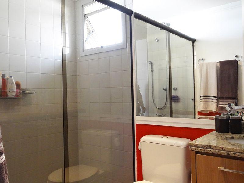 Ipiranga, Apartamento Padrão-Banheiro da suíte e social com piso de cerâmica, box de vidro e pia de granito com gabinete.