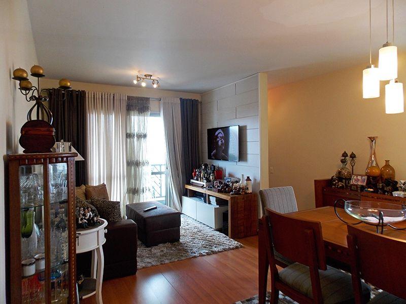 Jabaquara, Apartamento Padrão - Sala em L com dois ambientes, piso laminado e acesso à varanda.