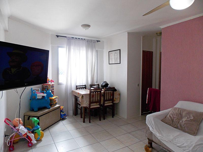 Sacomã, Apartamento Padrão - Sala retangular com dois ambientes, piso de cerâmica e teto com moldura de gesso.
