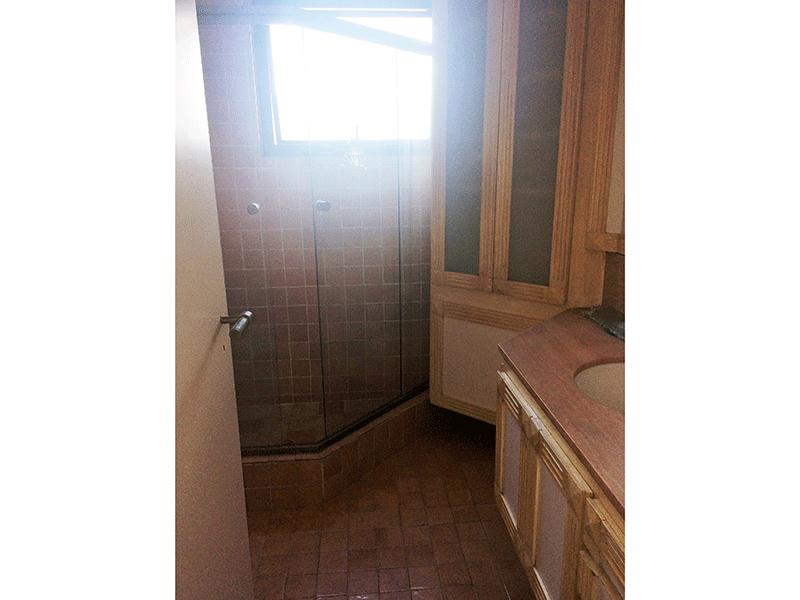 Ipiranga, Apartamento Padrão-Banheiro da suíte com piso de cerâmica, pia de madeira com gabinete e box de vidro.