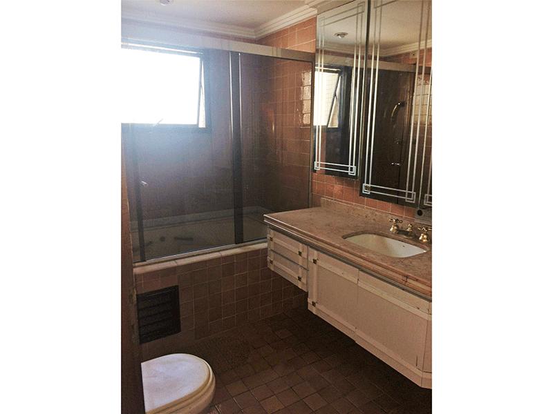 Ipiranga, Apartamento Padrão-Banheiro social com piso de cerâmica, teto com moldura de gesso, pia de granito com gabinete, banheiro de hidromassagem e box de vidro.