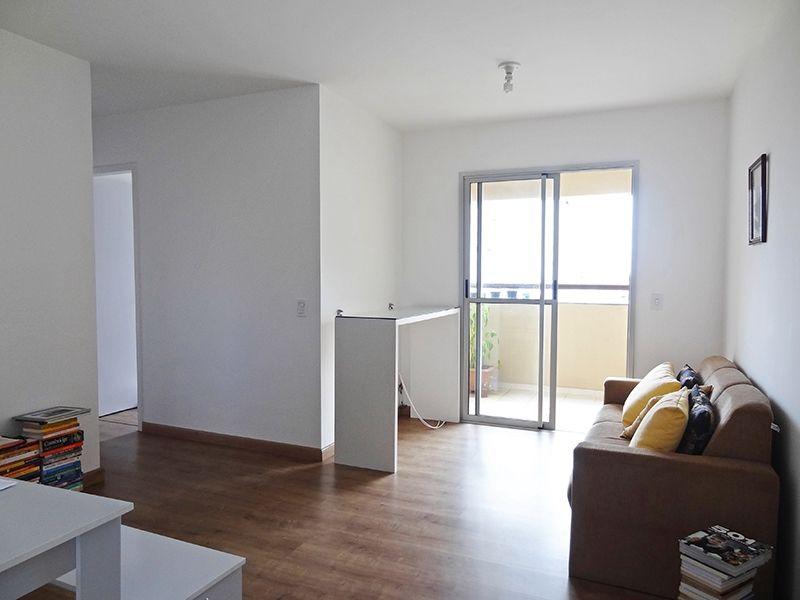 Sacomã, Apartamento Padrão - Sala em L com dois ambientes, piso laminado e acesso à varanda.
