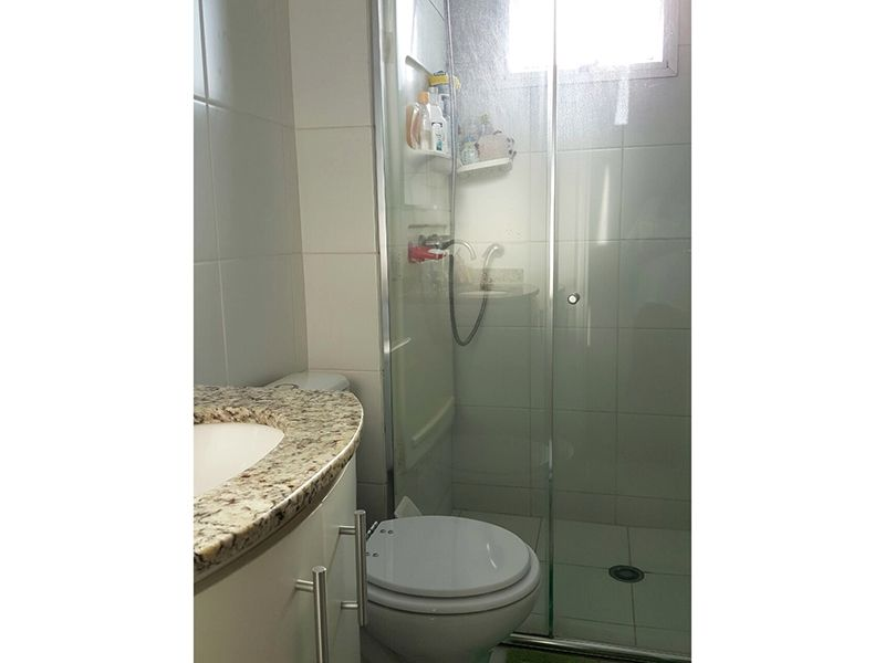 Sacomã, Apartamento Padrão-Banheiro social com piso cerâmica, box de vidro e pia de granito com gabinete.