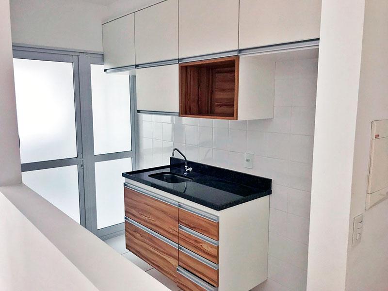 Ipiranga, Apartamento Padrão-Cozinha americana com piso de cerâmica, armários, gabinete, pia de granito e acesso a área de serviço.