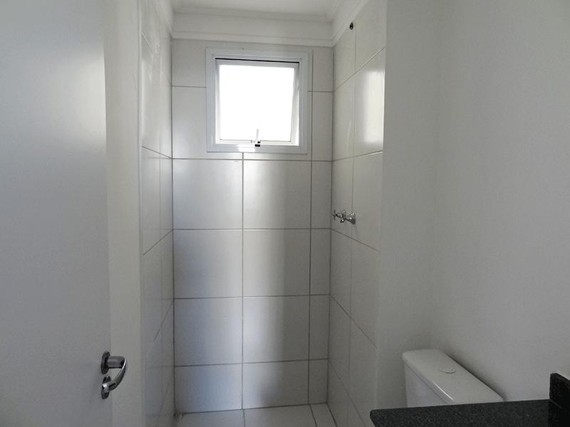 Sacomã, Apartamento Padrão-Banheiro social com piso de cerâmica, teto com moldura de gesso e pia de granito.
