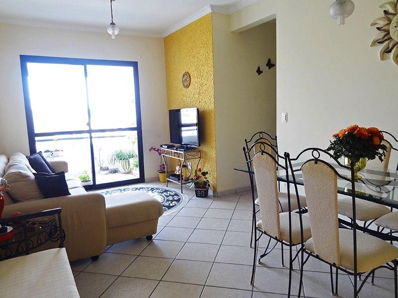 Sacomã, Apartamento Padrão - Sala retangular com dois ambientes, piso de cerâmica, teto com moldura de gesso e acesso à varanda.