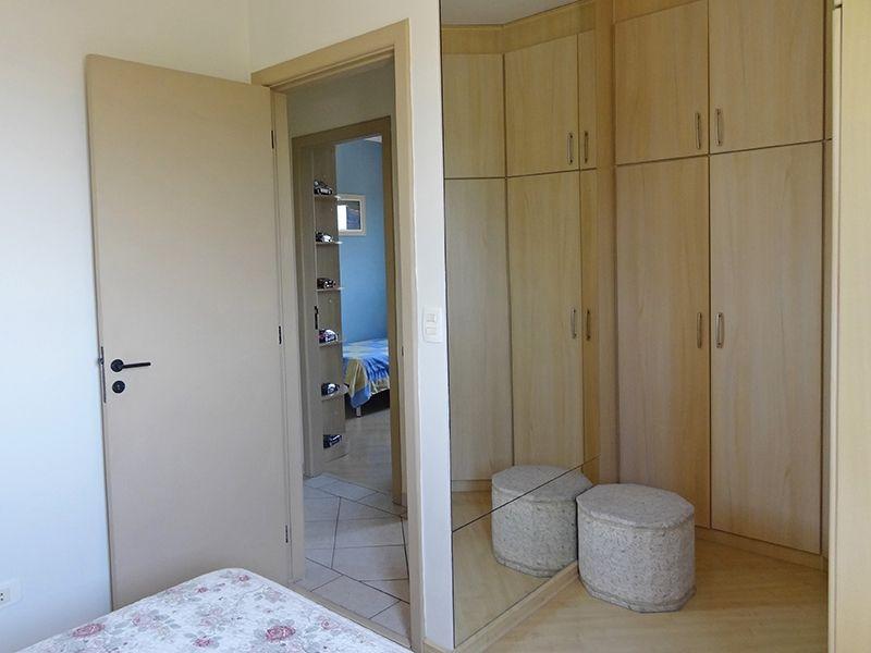 Sacomã, Apartamento Padrão-Suíte com piso laminado, teto com moldura de gesso e closet com armários planejados.
