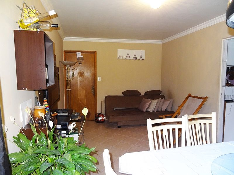 Sacomã, Apartamento Padrão-Sala retangular com dois ambientes, piso de cerâmica e teto com moldura de gesso.