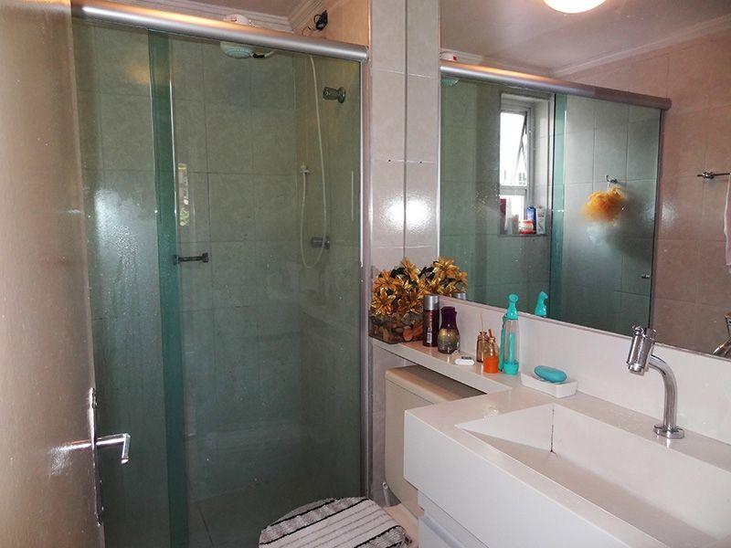 Sacomã, Apartamento Padrão-Banheiro social com piso de cerâmica, pia sobre posta de mármore com gabinete e box de vidro.