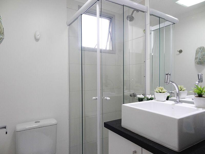 Sacomã, Apartamento Padrão-Banheiro social com piso de cerâmica, pia de granito com cuba sobre posta com gabinete e box de vidro.
