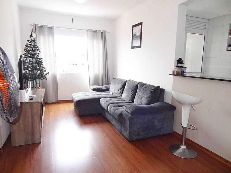 Jabaquara, Apartamento Padrão-Sala retangular com piso laminado e janela.
