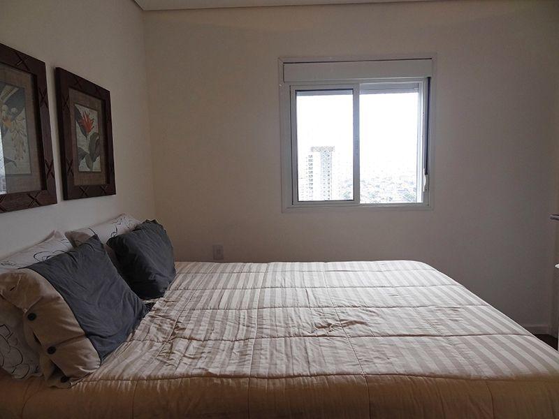 Ipiranga, Cobertura Duplex-Primeira suíte com piso de madeira, teto rebaixado e acesso ao closet.