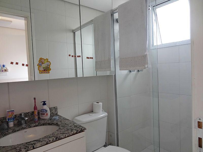 Ipiranga, Cobertura Duplex-Banheiro das suítes com piso de cerâmica, pia de granito com armários e box de vidro.