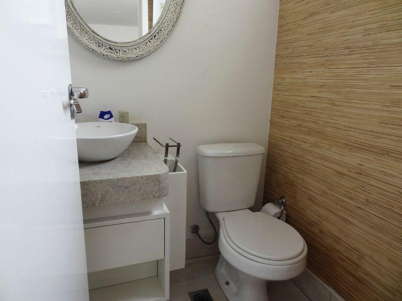 Ipiranga, Cobertura Duplex-Lavabo com piso de porcelanato, bancada de mármore, cuba de porcelana sobreposta.