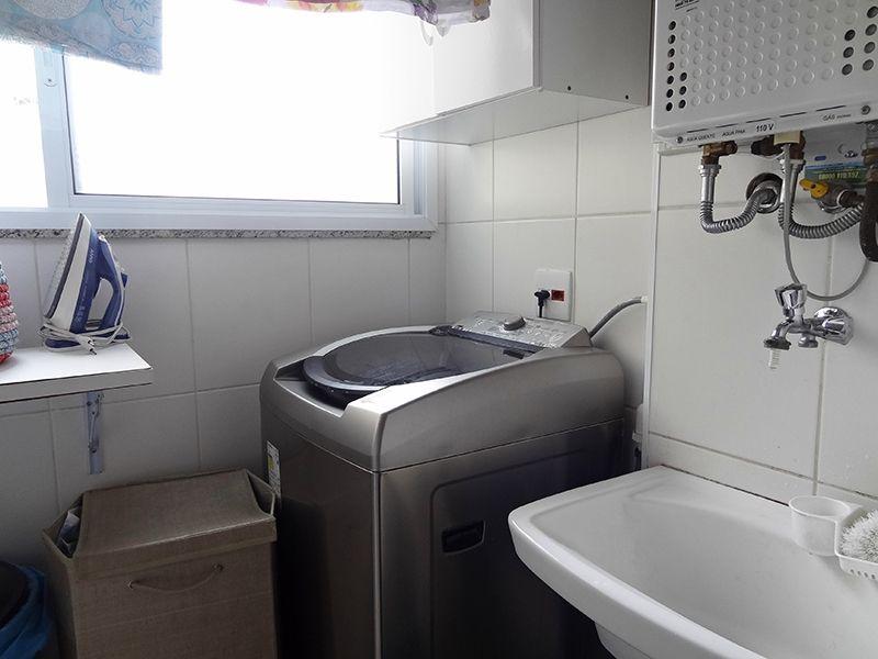 Ipiranga, Cobertura Duplex-Área de serviço com piso de porcelanato, aquecedor de passagem e armários.