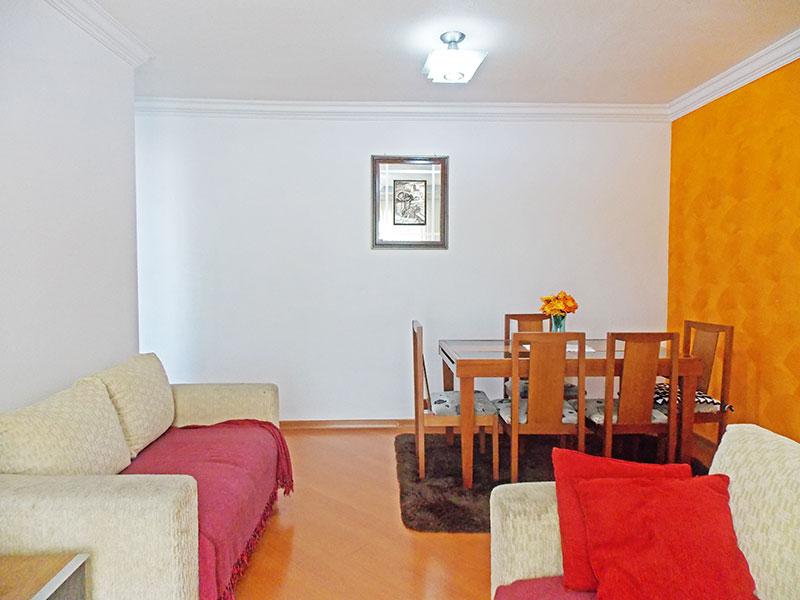 Sacomã, Apartamento Padrão - Sala em L com piso de laminado, parede com textura, teto com moldura de gesso e acesso à varanda.