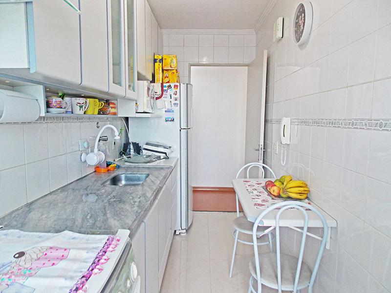 Sacomã, Apartamento Padrão-Cozinha com piso de porcelanato, teto com moldura de gesso, armários planejados, gabinete, pia de mármore e acesso a área de serviço.