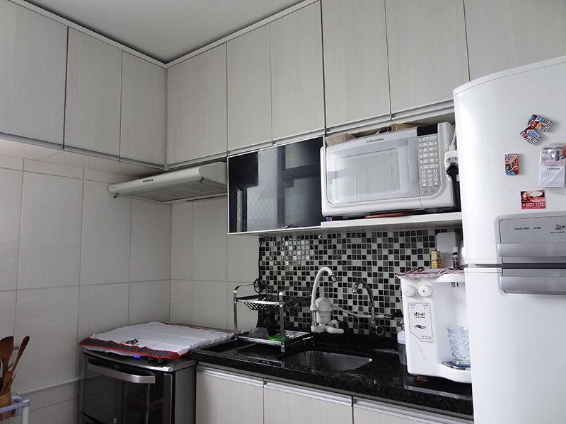 Sacomã, Apartamento Padrão-Cozinha com piso de porcelanato, pia de granito com gabinete e armários.