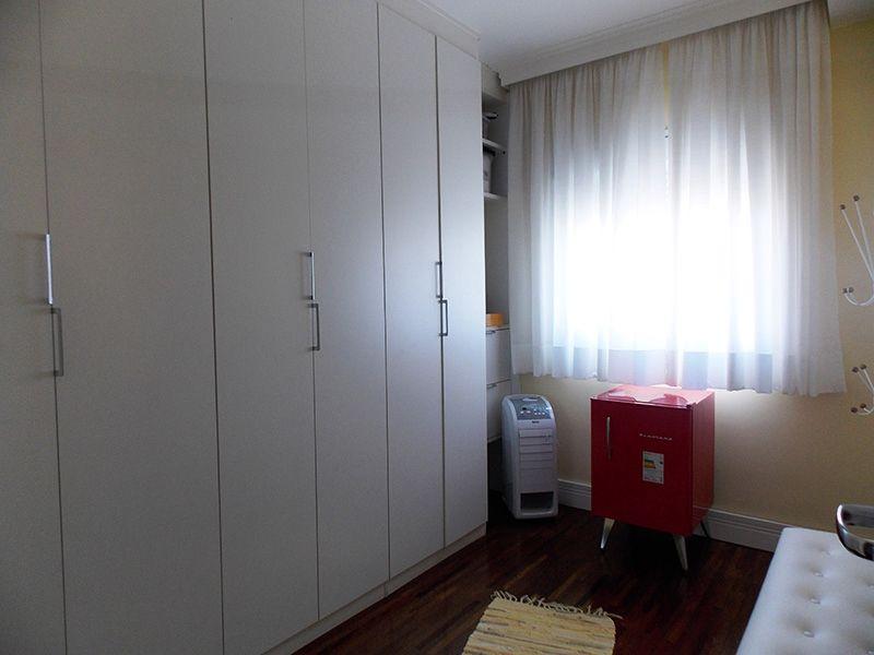 Ipiranga, Apartamento Padrão-Dormitório com piso de madeira, teto com moldura de gesso e armários.