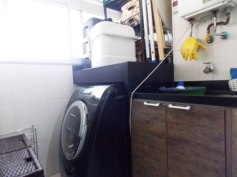 Ipiranga, Apartamento Padrão-Área de serviço com piso de porcelanato, aquecedor de passagem e janela.
