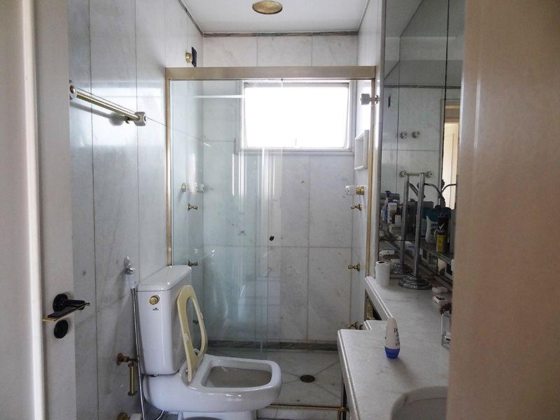 Ipiranga, Cobertura Duplex-Banheiro social  com piso de cerâmica, pia de granito com gabinete e box de vidro.
