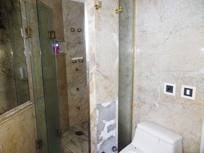Ipiranga, Cobertura Duplex-Banheiro da suíte com piso de cerâmica, pia de granito com gabinete e box de vidro.