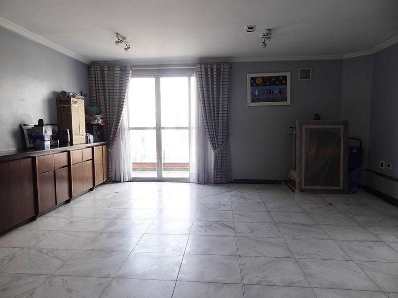 Ipiranga, Cobertura Duplex-Sala com piso de cerâmica e teto com moldura de gesso.