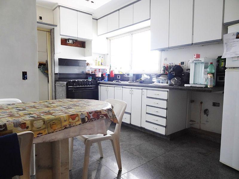 Ipiranga, Cobertura Duplex-Cozinha com piso e pia de granito com gabinete, teto com moldura de gesso e armários.
