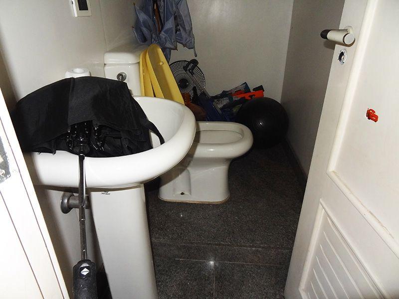 Ipiranga, Cobertura Duplex-banheiro de serviço com piso de cerâmica e janela.