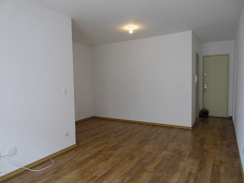 Sacomã, Apartamento Padrão-Sala em L com piso laminado e acesso a varanda.