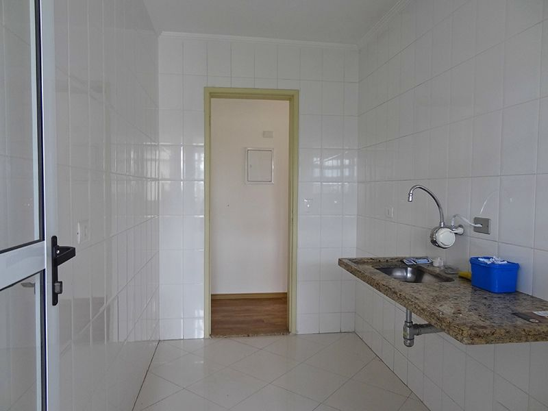 Sacomã, Apartamento Padrão-Cozinha com piso de porcelanato, teto com moldura de gesso e pia de granito.