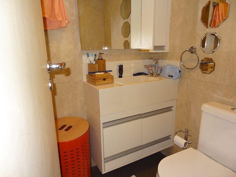 Jabaquara, Apartamento Padrão-banheiro social com piso de porcelanato, pia de granito e box de vidro.