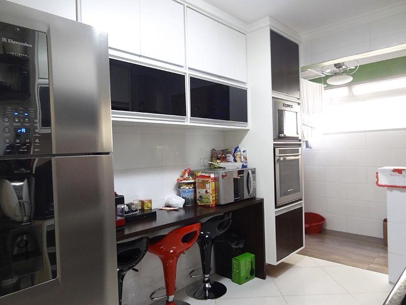 Jabaquara, Apartamento Padrão-Cozinha com piso de porcelanato, teto com moldura de gesso e pia de granito com gabinete.