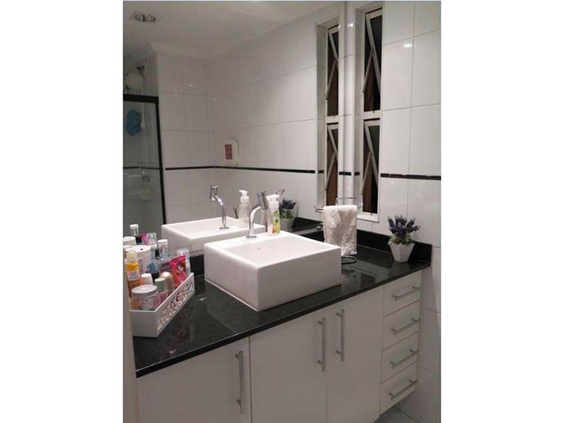 Sacomã, Apartamento Padrão-Banheiro social com piso de cerâmica, pia com cuba sobre posta com gabinete e box de vidro.
