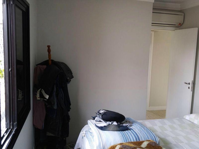 Ipiranga, Apartamento Padrão-Suíte com piso laminado, teto com moldura de gesso e armário embutido.