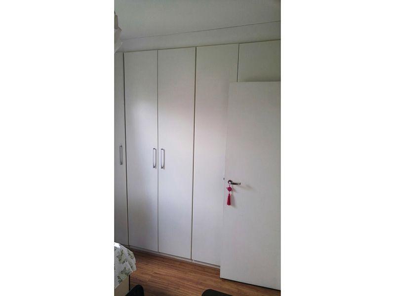 Ipiranga, Apartamento Padrão-Segundo dormitório com piso laminado, teto com moldura de gesso e armário embutido.