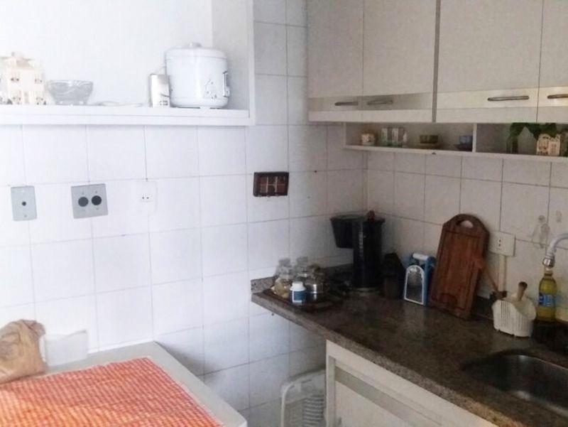Jabaquara, Apartamento Padrão-Cozinha com piso de cerâmica, teto com moldura de gesso, pia de granito com gabinete e armários.