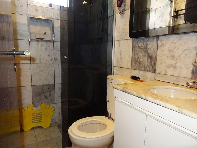 Jabaquara, Apartamento Padrão-Banheiro social com piso de cerâmica, teto com moldura de gesso, pia de mármore com gabinete e box de vidro.