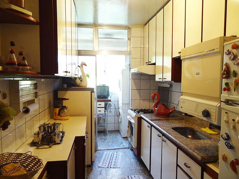 Jabaquara, Apartamento Padrão-Cozinha com piso de granito, teto com moldura de gesso, pia de granito com gabinete e armários planejados.
