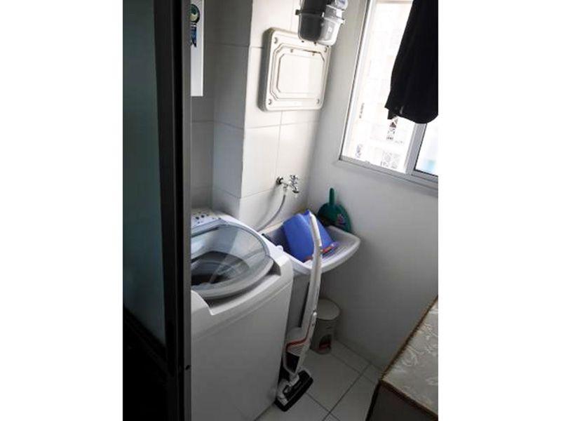 Sacomã, Apartamento Padrão-Área de serviço com piso de cerâmica, aquecedor de passagem e divisória da cozinha em vidro.