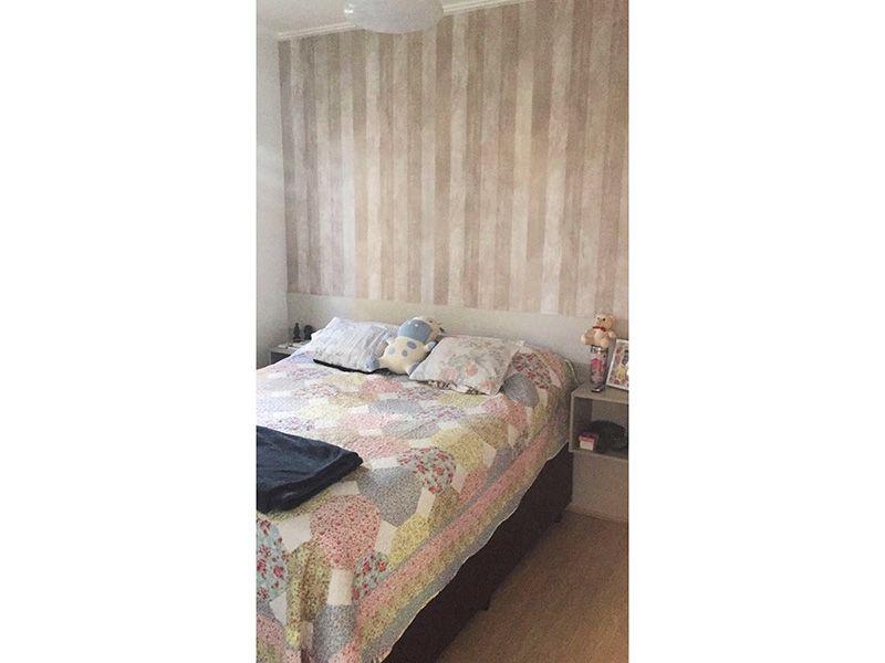 Sacomã, Apartamento Padrão-Suíte com piso laminado, teto com moldura de gesso e armário embutido.