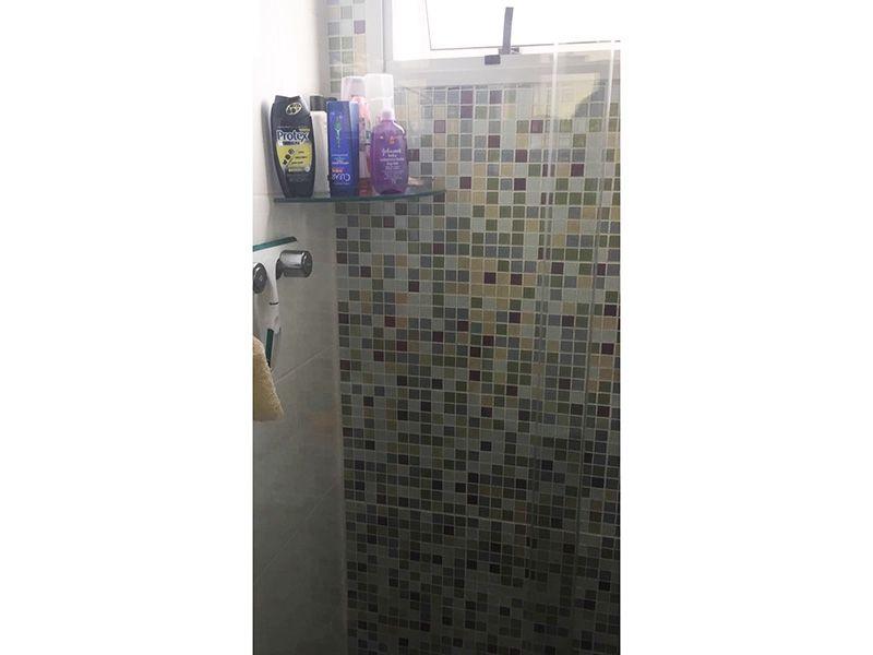 Sacomã, Apartamento Padrão-Banheiro da suíte com piso de cerâmica, pia de granito e box de vidro.