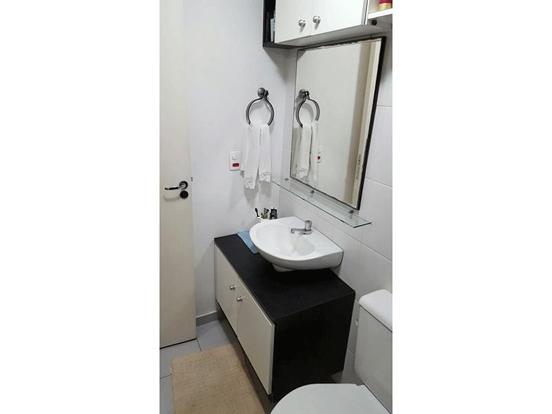 Jabaquara, Apartamento Padrão-Banheiro da suíte com piso de cerâmica e pia com cuba sobreposta de porcelana.