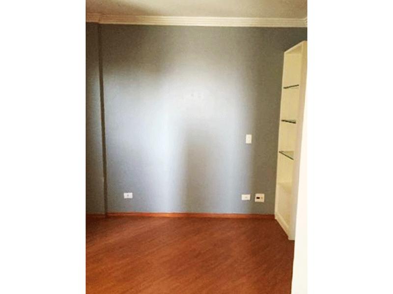 Sacomã, Apartamento Padrão-Primeiro dormitório com piso laminado, teto com moldura de gesso e armários planejados.
