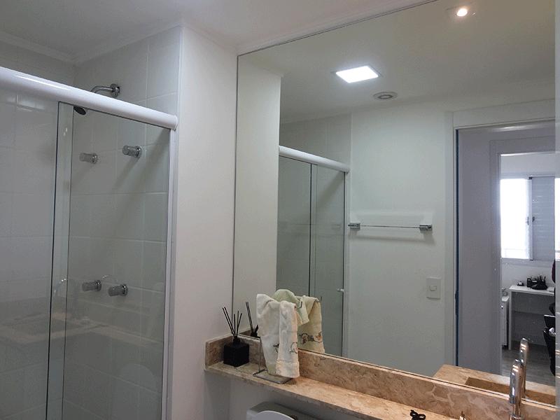 Ipiranga, Apartamento Padrão-Banheiro social com piso de cerâmica, teto com moldura de gesso, pia de mármore com gabinete e box de vidro.