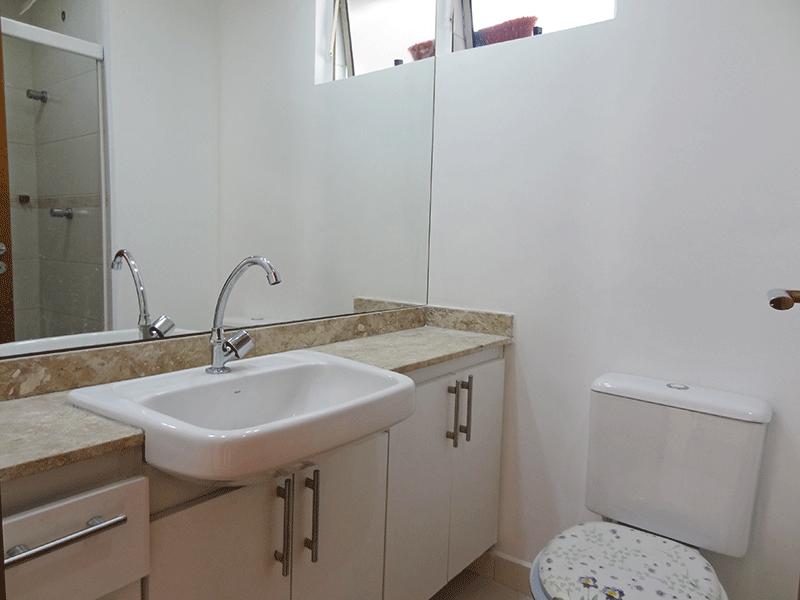 Sacomã, Apartamento Padrão-Banheiro social com piso de cerâmica, pia com gabinete e box de vidro.